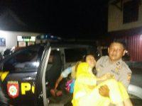 Lagi Patroli, Anggota Polsek Bojong Bantu Antar Warga Sakit ke Puskesmas