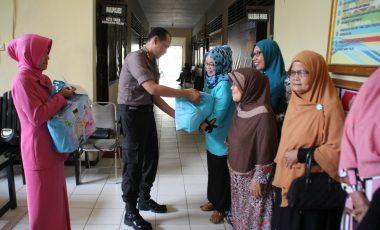 Kapolres dan Ketua Bhayangkari Enrekang Beri Tali Asih ke Warakawuri