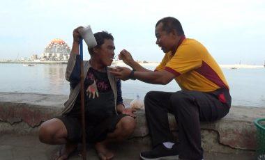 Momen Kapolda Sulsel Suapi Makan untuk Seorang Tuna Netra di Pinggir Pantai Losari