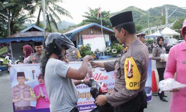 Berbuka dengan yang Manis, Polisi di Enrekang Bagi-bagi Takjil Gratis