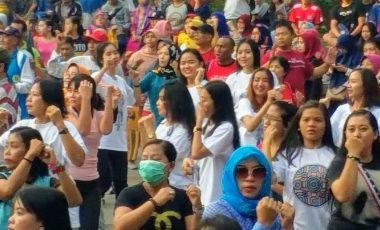 Trending Topik, Ribuan Warga Jatim Antusias Goyang Dayung Jokowi