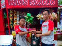 Beri Bantuan, Pendukung Jokowi Serahkan Gerobak Sajojo Untuk Pedagang Kecil